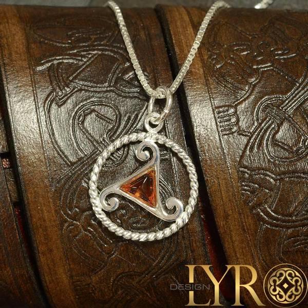 Bilde av Triskelion med rav - Sølvanheng